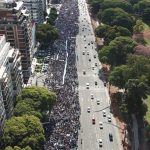 Miles de personas marcharon en la Argentina contra la despenalización del aborto promovida por Macri y fundaciones transnacionales